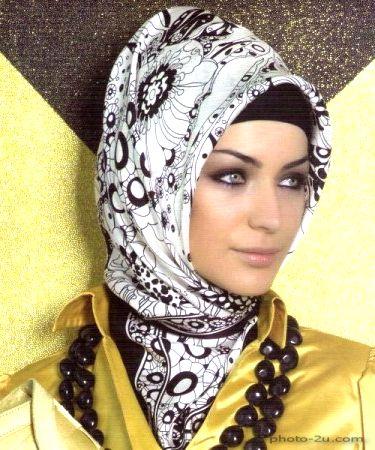 بنت عيون ملونة بالحجاب