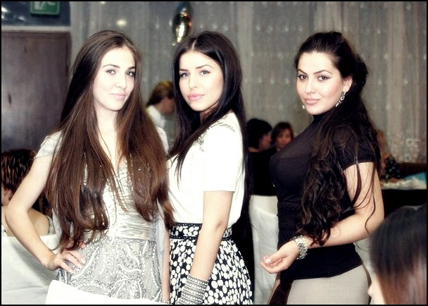 بنات جميلات من الشيشان يغنون اغنية رووعة