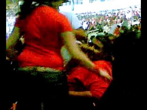 بحرينية ترقص في المدرجات